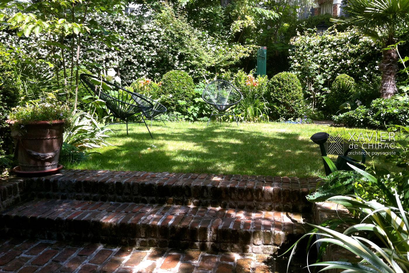 Un jardin avec de nombreuses plantes à fleurs et à feuillages décoratif